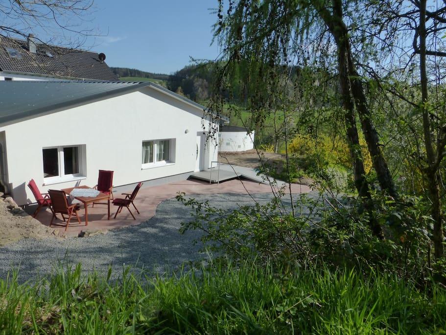In diesem Bungalow mit eigener Zufahrt befinden sich 2 neue Ferienwohnungen