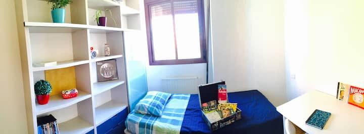 Single room 15 minutes from airport. Next to WANDA