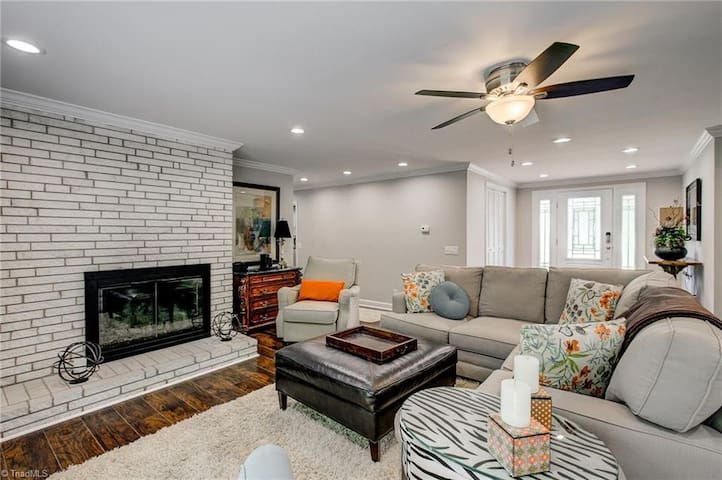 Beautiful 2 bed/2 bath, filled with luxuries!