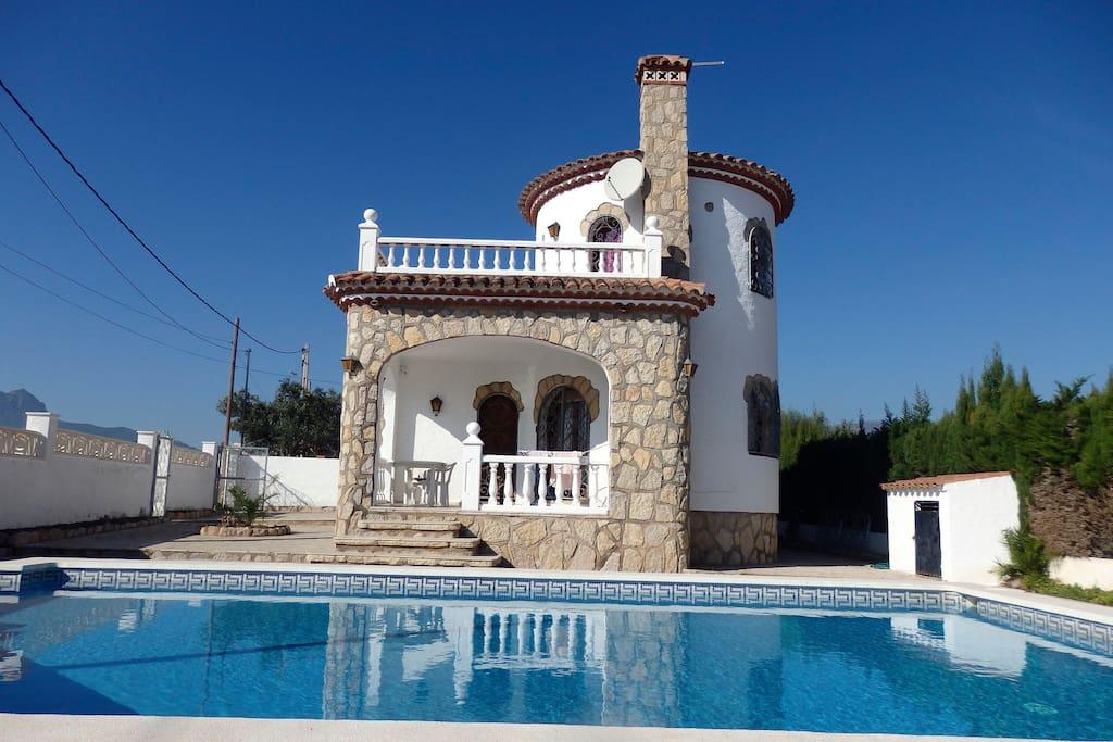 Fachada + piscina
