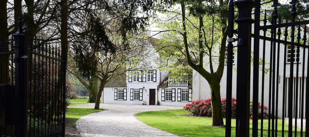 Schitterend kasteelhoeve in een rustige omgeving. - Oud-Turnhout - Bed & Breakfast