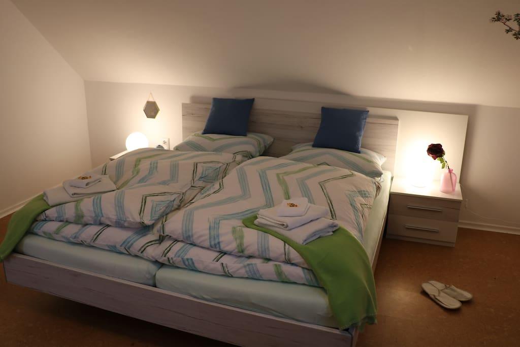 seperates Schlafzimmer mit Doppelbett