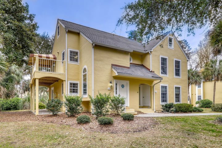 Family-friendly condo w/ golf course views plus a shared pool & tennis courts