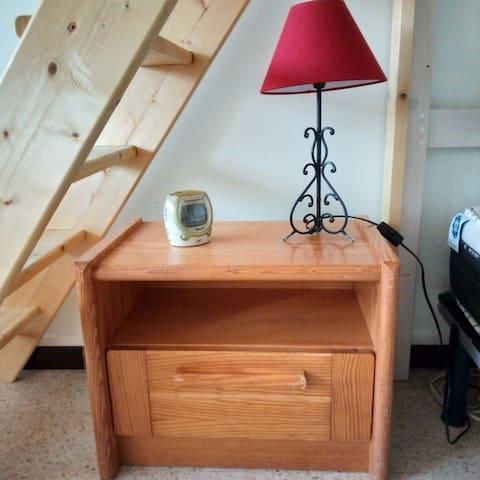 Table de nuit avec sa lampe