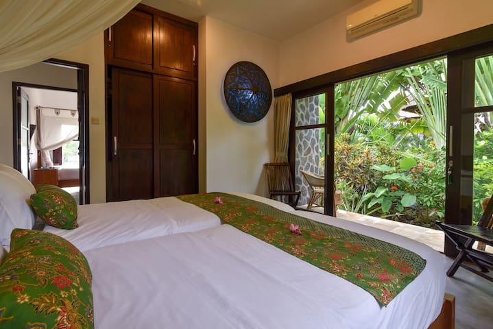 Bedroom 3: gardenview, private terrace, airco, klambu. Ensuite open bathroom : shower, toilet, sink, shampoo& soap. Towel change on demand. Laundry & ironing service included. Fresh 100% cotton bed linnen every 3 days.