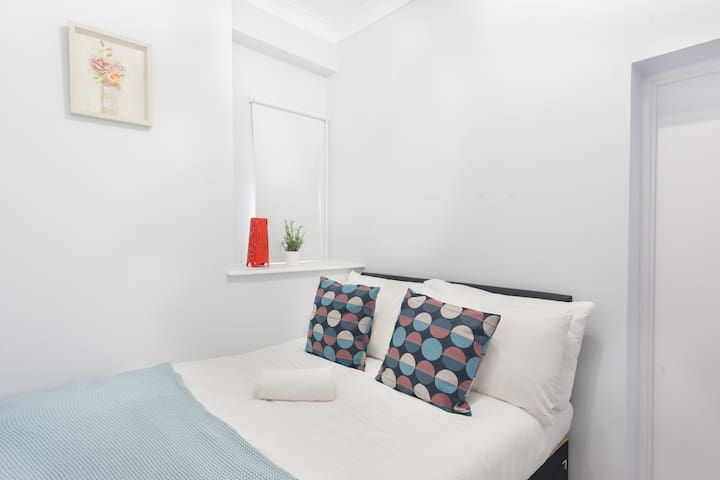 Cheap Double Room with Private Bathroom KingsCross