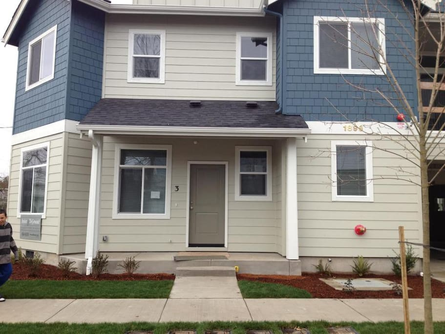 The Duck Stop Near Campus Filled With Love Apartments For Rent In Eugene Oregon United States