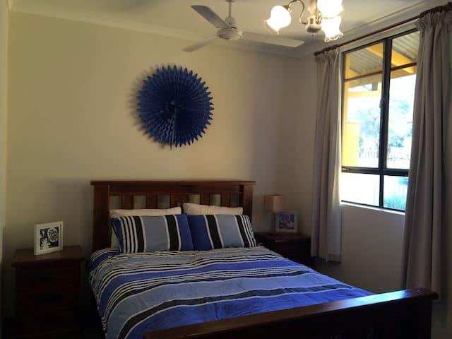 Large Spacious room with private bathroon - Braitling - Rumah