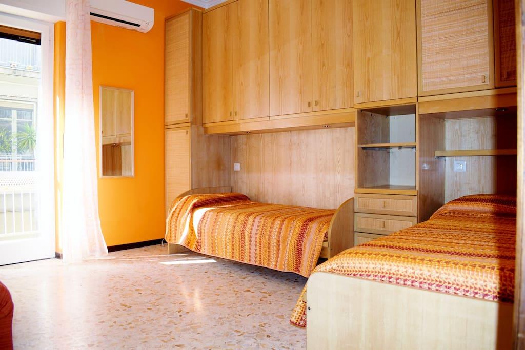 Stanza con 2 letti e divano con vista Monte Etna e percorso festa di S. Agata