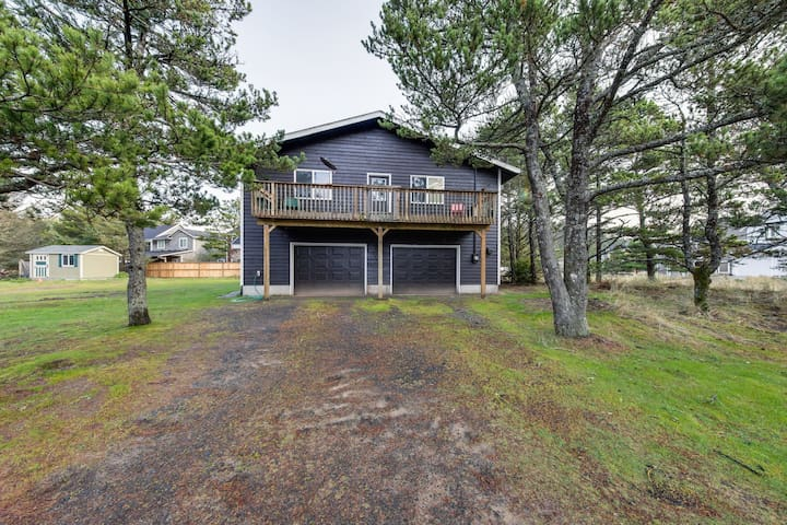Lovely home w/ wood-burning fireplace - just two blocks from  the beach!