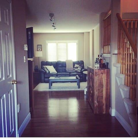Executive townhome in beautiful Oakville - Oakville - Apartment