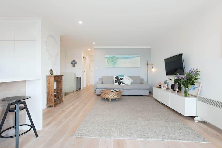 Sunny luxury family friendly beach apartment