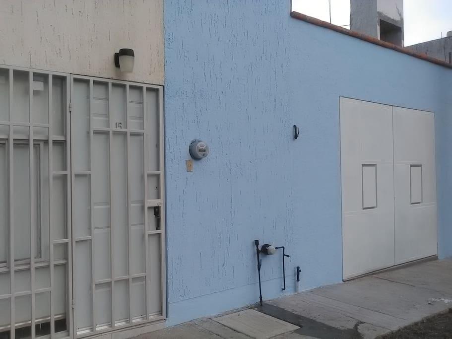 Entrada con puertas de seguridad y garaje privado