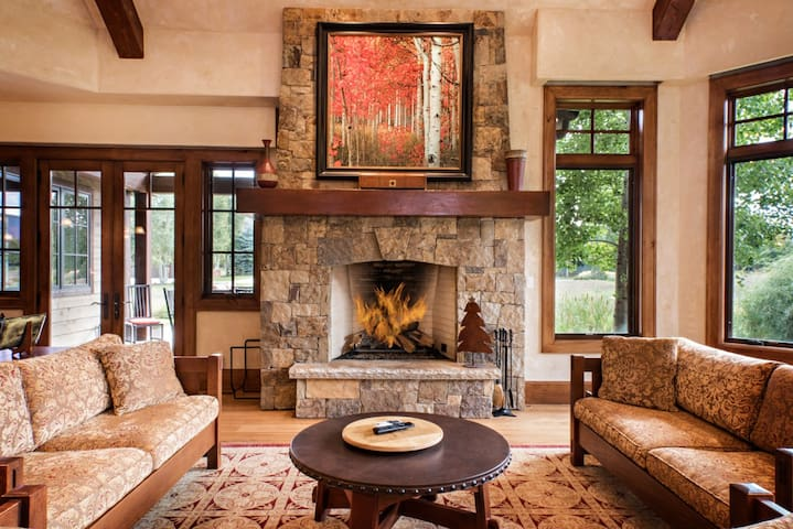 Vacation in Luxury w/ Hot Tub, Fire Pit & Media Rm