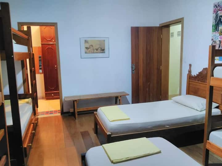Cama Individual em dormitório com 8 camas c closet