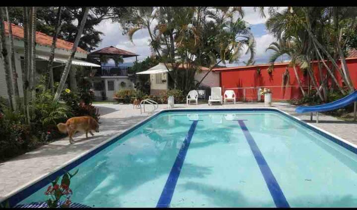 Cabaña en chinauta, el mejor clima, piscina grande