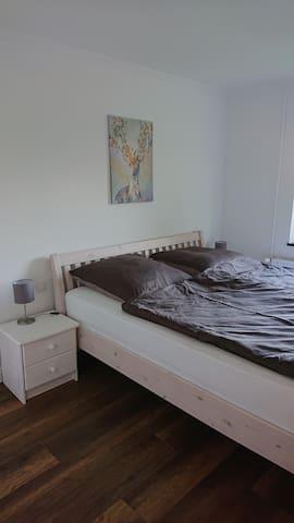 Das Schlafzimmer mit großem Doppelbett
