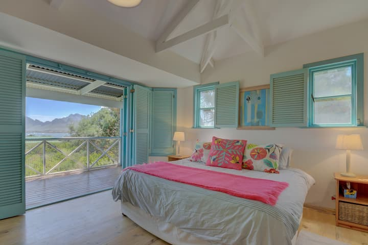 Classic Beach House - Sea views & Spacious comfort