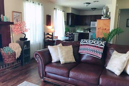 Chic + cozy condo near downtown Edmond ⟫close2okc