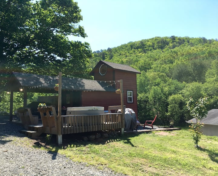 Lil Red Tiny House-Waterfall, jacuzzi & farm views