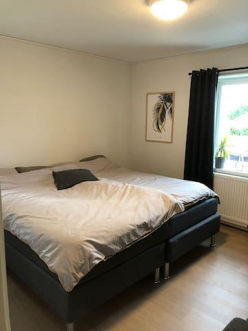 Master bedroom med dubbelsäng