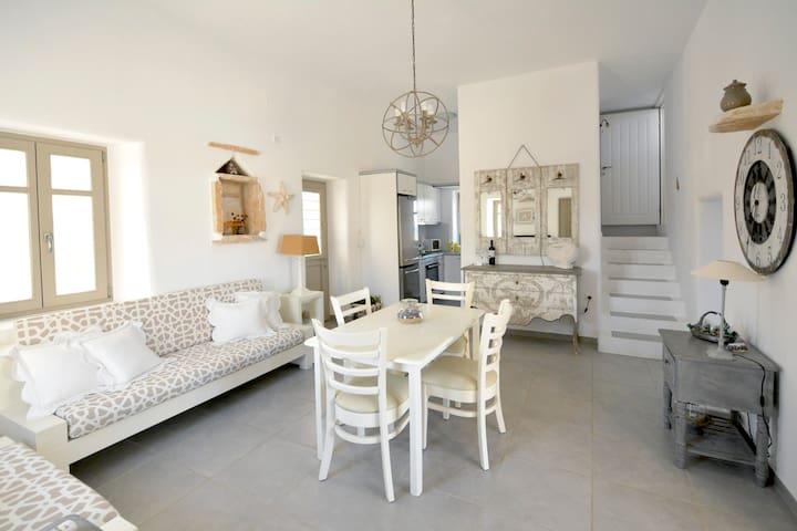 Το καθιστικό, η τραπεζαρία, η κουζίνα και η σκάλα για το υπνοδωμάτιο (Α)