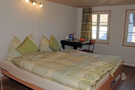 Heimeliges Zimmer in Bauernhaus - Rothenthurm