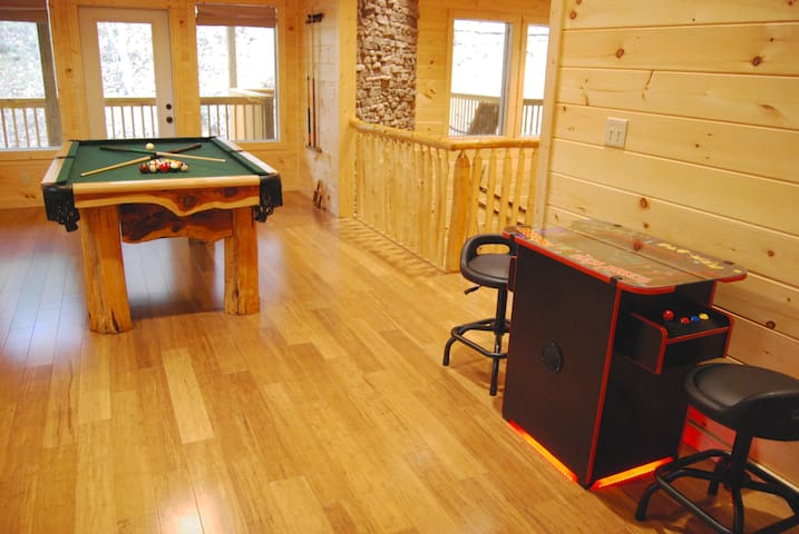 NEW 3BR, Hot Tub, Game Room,Arcade -Feb  Special