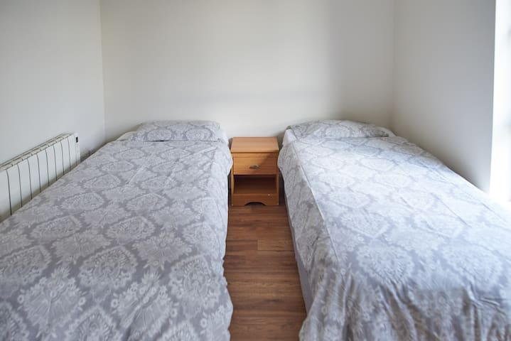 STM2 Modern central Twin room close to NUIG/UHG