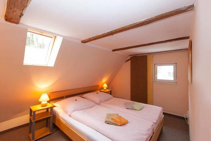 gemütlicher Schlafraum mit kleinem Kleiderschrank, Raumhöhe 1,83m, Bettwäsche vorhanden