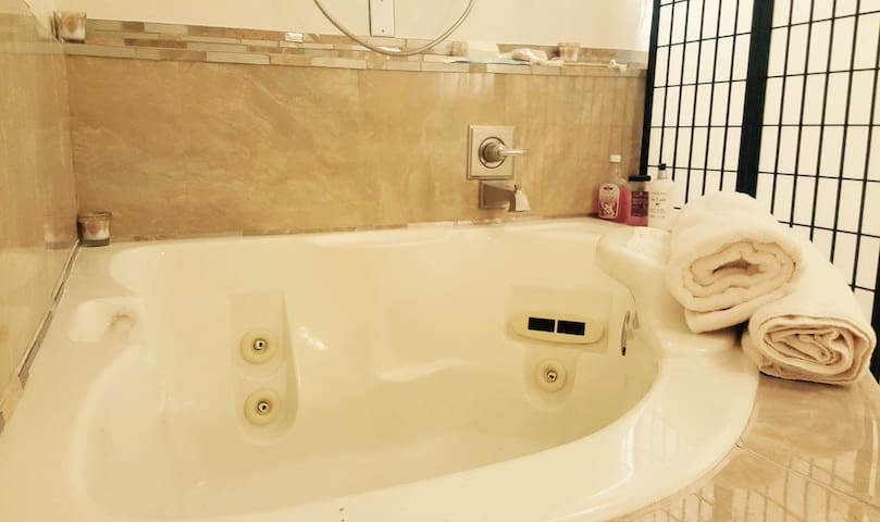 Dolce Paradiso 3 Room/ 2Bath, 6Guests, Jacuzzi Tub