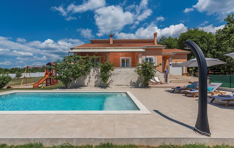 Holiday House Tana with Private Pool