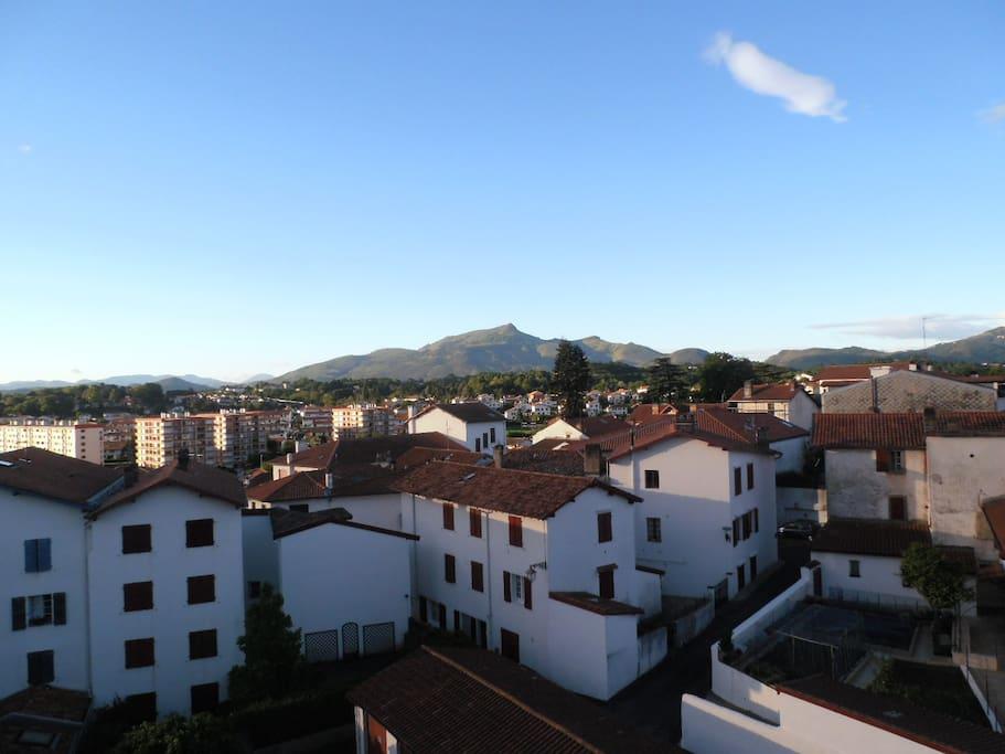 Vue sur les toits du vieux quartier de Ciboure et les montagnes du pays Basque