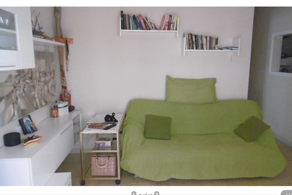 Salotto ampio e solare con divano letto