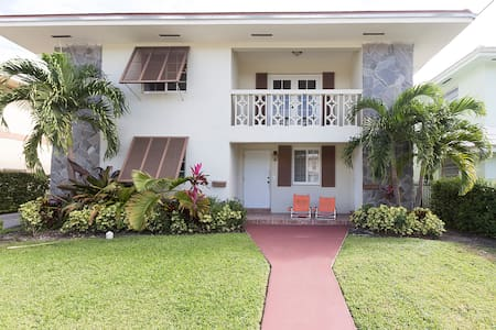 Room 1 in Updated Duplex + Parking - Coral Gables