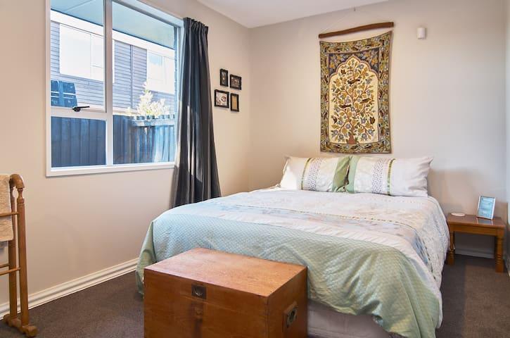 Delightful, Sunlit Room ★ Quiet & comfortable