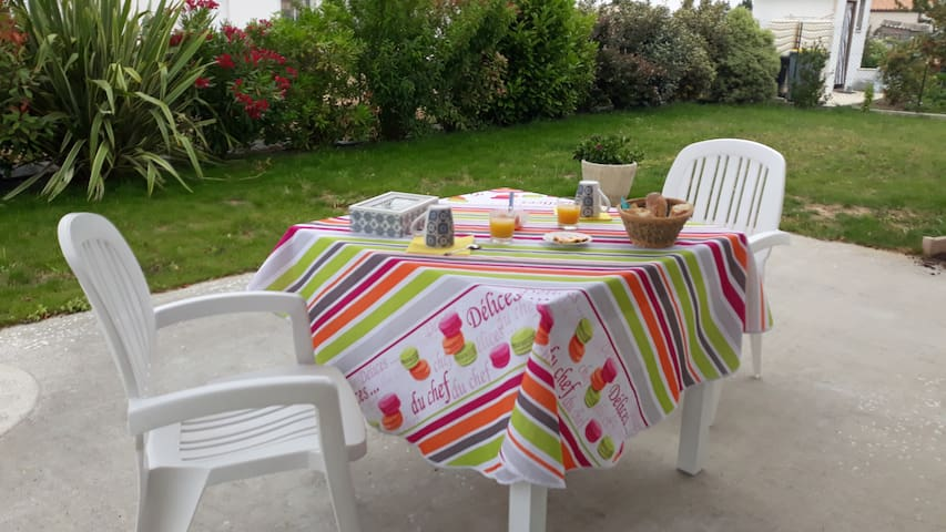 Petit dejeuner en terrasse parmi le champ des oiseaux