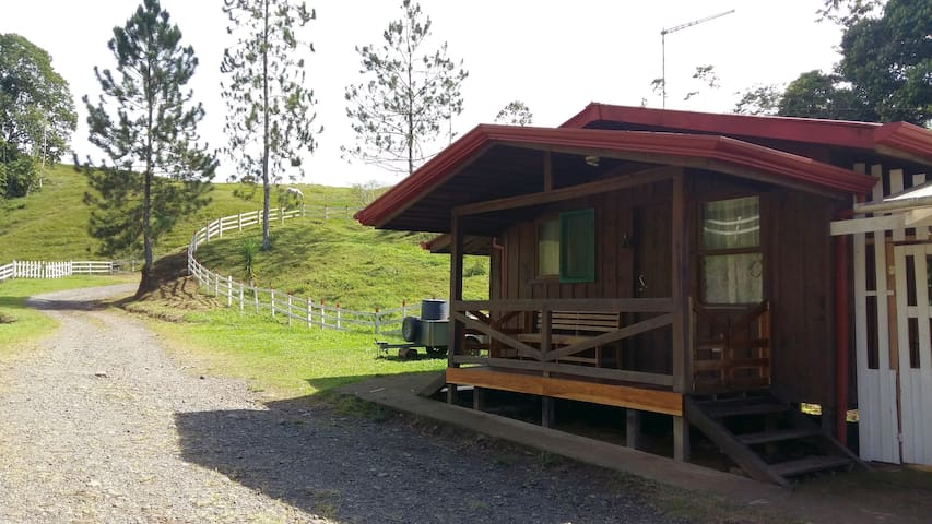 Nature surrounded cabin - rafting,horses & forest - Turrialba - Blockhütte