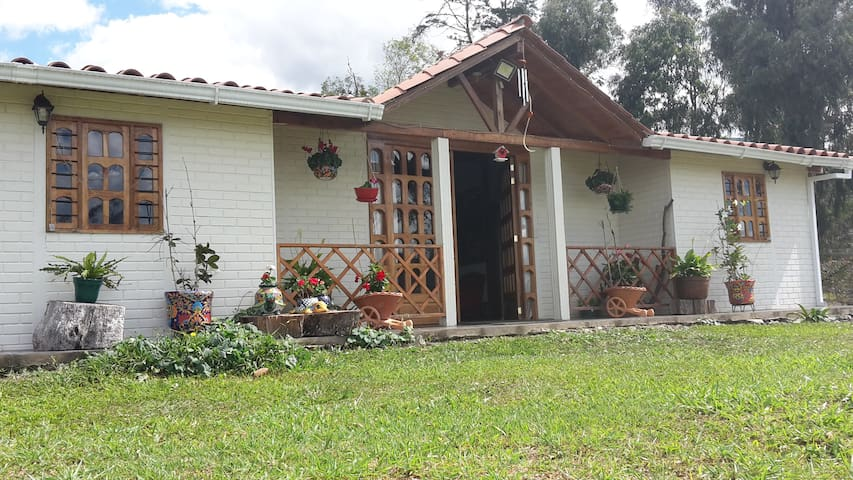 Cozy beautiful countryside place 90' from Bogotá