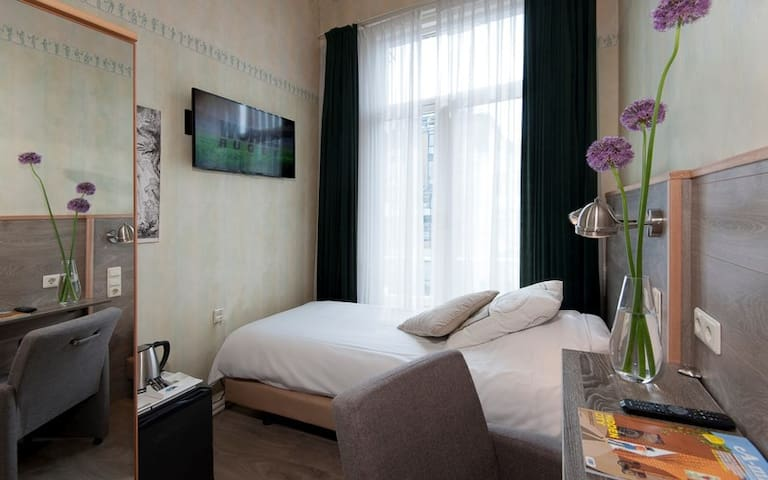 Single room in Hotel Rembrandt. Single bed with private bathroom / toilet TV / coffee / tea / hairdryer / wardrobe / heating