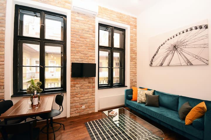 The Csanyi Studio- Design Apartment in the Center