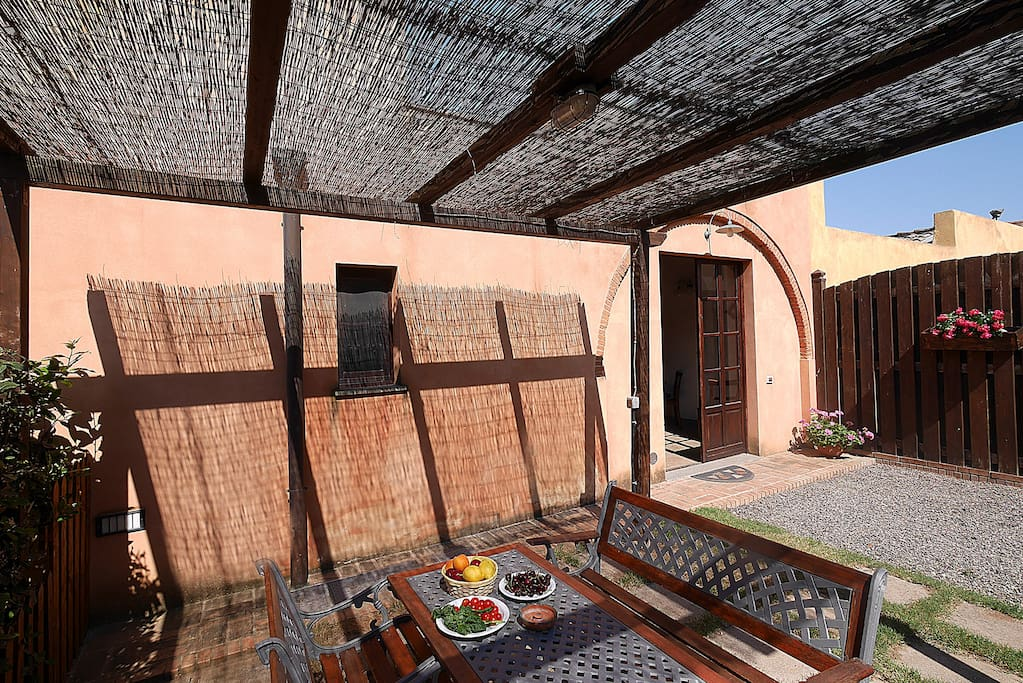 patio esterno -outdoor loggia with table and chairs