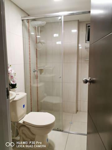 Baño con agua caliente en la ducha