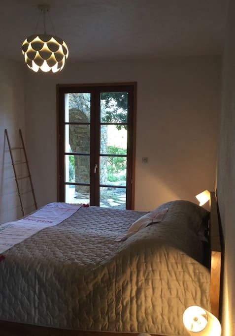 La chambre avec grand lit au rez de chaussée
