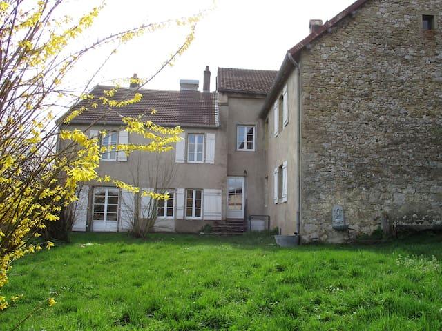 Chambres dans une maison de campagne - Bussières - Casa