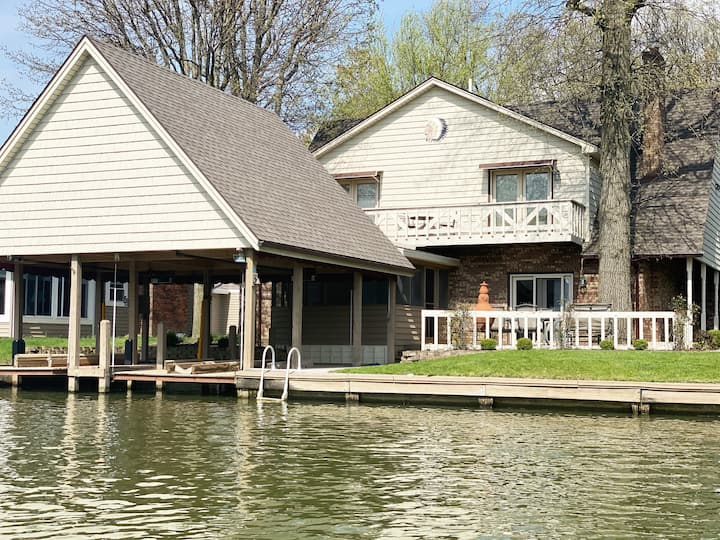 5 bedroom 2 1/2 bath waterfront Getaway!