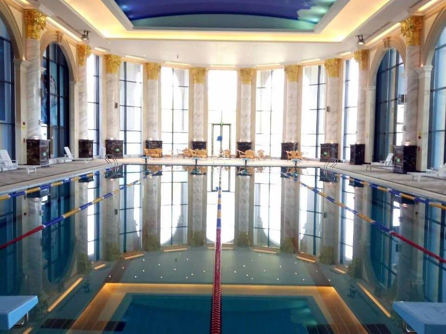步行50米左右小区运动中心室内游泳池