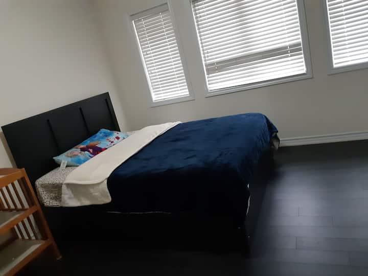 Cozy queen bedroom in semidetachedhouse in bramptn