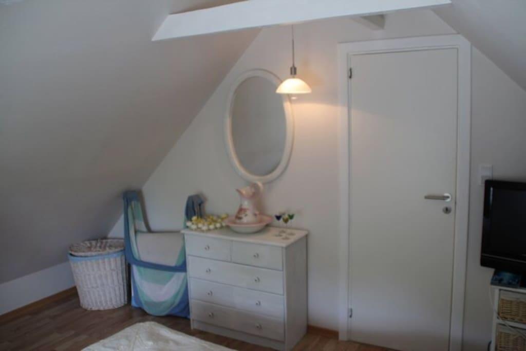 Soveværelse på førstesal /bedroom upstairs