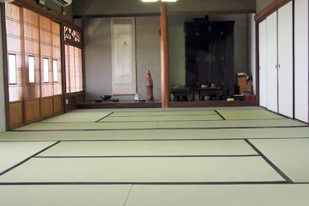 古民家民宿「麻の宿」は、宿泊される方にゆったりしていただくため、一日一組だけの貸切りです。